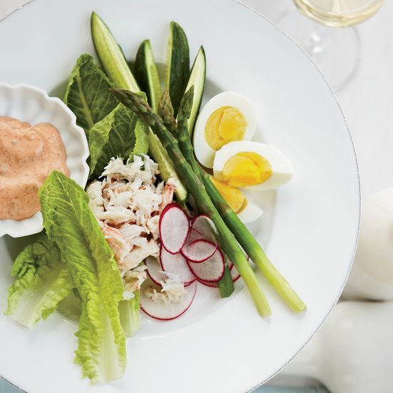 Silky crabmeat is the star of this Crab Louie recipe. It's mounded onto a crisp salad of romaine, tomatoes and asparagus with a creamy dressing spooned on top.