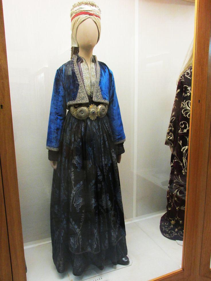 Παραδοσιακή φορεσια απο την Ναουσα.(Εθνικό Ιστορικό Μουσείο,Αθήνα)/Traditional costume from Naousa,Greece