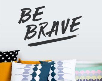 Ser valiente pared calcomanía - pared inspiración citar, salón decoración de la pared, etiqueta de la tipografía, etiqueta de la pared del dormitorio, etiqueta motivacional