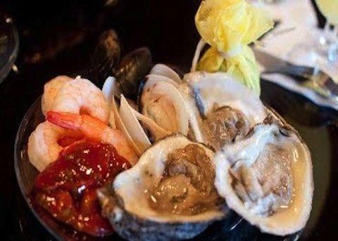 Per il carosello di ostriche e scampi alle erbe, ma anche nella altre ricette di ostriche, l'ostrica viene aperta sempre poco prima del consumo con u...
