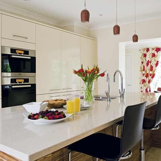 High-gloss cream kitchen