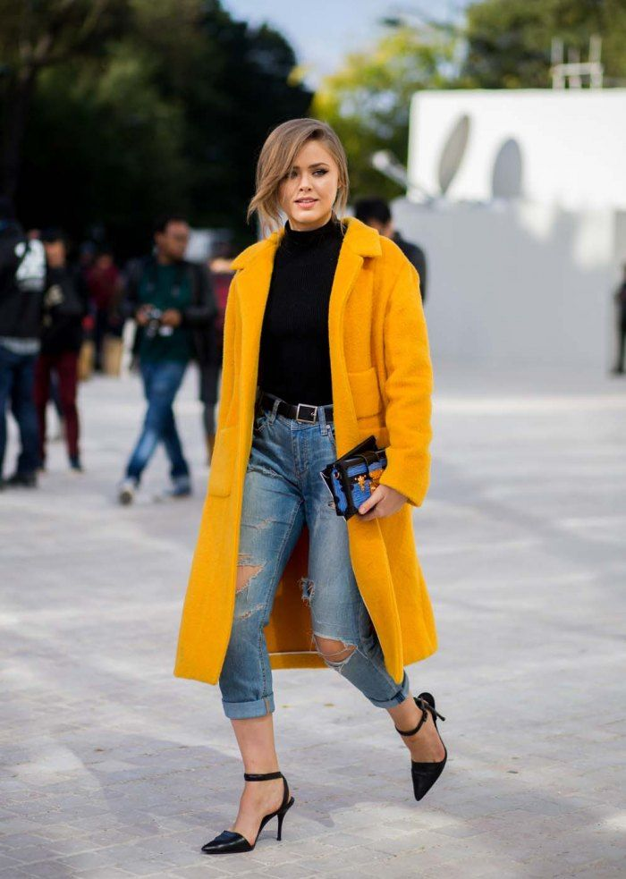 Kristina Bazan mixe son denim avec un manteau jaune. Une tenue idéale pour réchauffer un automne frisquet. © Getty