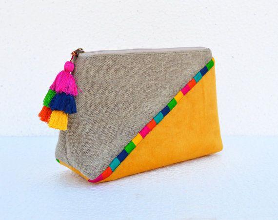 Pochette jaune en Bohème. La pochette polyvalente ou dans un sac est très tendance, très pratique, rustique et légère. L'embrayage est fait avec la combinaison de toile de jute naturelle comme pur lin et velours de coton de couleur jaune. L'articulation est accentuée avec des broderies en multicolore et l'extracteur est orné d'un pompon multicolore fait main funky.  Lintérieur est recouvert de tissu de coton naturel assorti Le sac a assortie fermeture à glissière avec puller en laiton…