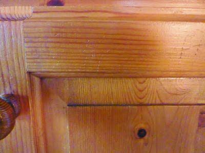 hoe je lelijke krassen in hout kunt inwrijven met een mengseltje van half azijn en half olijfolie.