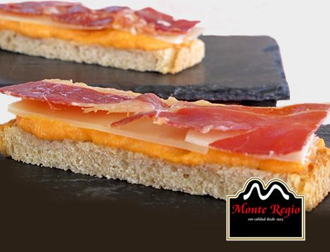 Mini tostas de pan Bimbo con melón triturado, queso y jamón ibérico #MonteRegio ¡Buenos días!