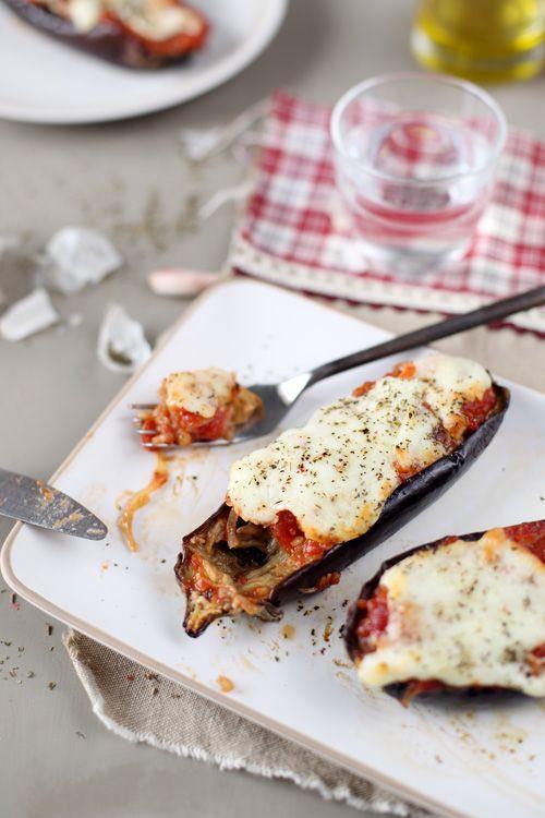 Des aubergines fondantes à manger à la petite cuillère, accompagnées d'une sauce tomate aux oignons et à l'ail et gratinées à la mozzarella et parfum