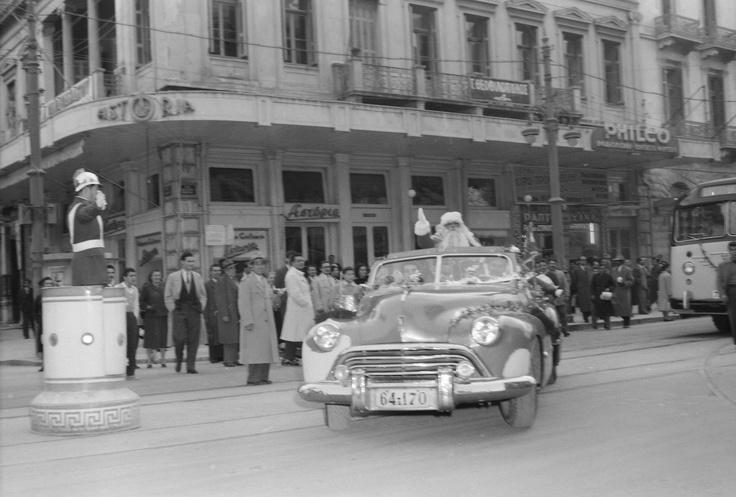 Ο Αη Βασίλης έφτασε!!!  [Αθήνα, δεκαετία '60. Φωτογραφία Δημήτρης Χαρισιάδης. Φωτογραφικά Αρχεία Μουσείου Μπενάκη] www.ploosdesign.com