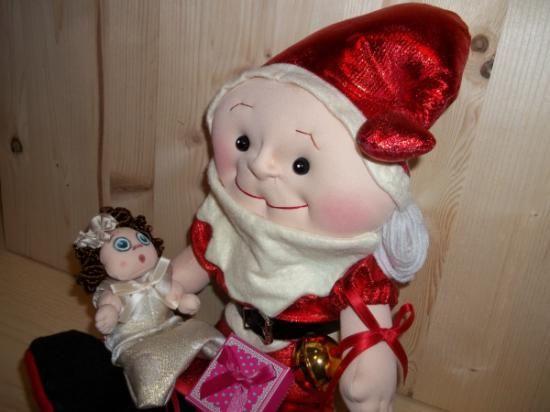 """Babbo Natale e piccolo Bimbo fatti a mano e scolpiti ad ago.Babbo Natale tutto fatto a mano, nei dettagli, disegno mio. Alto cm. 46. Mani, piedi e volto Scolpito ad ago.Il piccolo Bimbo (15 cm.) può stare in piedi o seduto, muove braccia e gambe, ha una tutina """"Pigiama"""" tutta in tessuto poliestere Jacquard ecru oro, Lurex oro broccato, rifinito con sbieco di raso. Piccole manine scolpite ad ago. Visino dipinto. Ricciolini per bambole castani. Decorazione Natalizia PEZZO UNICO."""