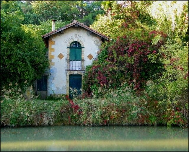 """""""Villa Odette"""", Carcassonne, on Canal du Midi. Around the city, picturesque landscapes reveal themselves under the gaze of visitors. House-boats that do not require permits are available for rental to discover this area along the waterways."""