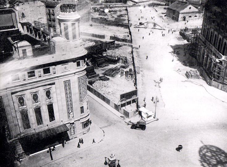 1928. Obras en la plaza de Callao. A la izquierda, el edificio del cine Callao, finalizado en 1927, que tenía en la terraza un cine de verano (se puede apreciar la pantalla) y el torreón se convertía en un faro que anunciaba el cine por las noches. En el centro, el solar destinado al edificio Capitol, que se terminaría en 1933. Y a la derecha, el Palacio de la Prensa en construcción