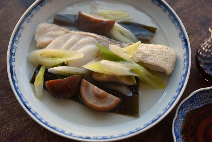 白ごはん.comの『タラや鯛など白身魚の酒蒸し』を紹介しているレシピページです。ふわりと身の柔らかい白身魚をフライパンを使って手軽に酒蒸しにします。塩をして、霜降りをする基本的な下ごしらえも詳しく載せていますので、ぜひお試しください。