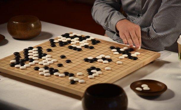 La inteligencia artificial un paso más cerca de superar al ser humano   El supercomputador AlphaGo ha vencido en la primera partida contra el campeón de Go Lee Se-Dol. Y eso que el Go es un juego imposible para una máquina. O tal vez la IA ya está superando al ser humano?  Google DeepMind AlphaGo  Quién iba a decirle a Lee Se-Dol el surcoreano que lleva en el podio de gran campeón de Go durante más de una década que una máquina le ganaría. Pero lo cierto es que es lo que ha ocurrido. Por…