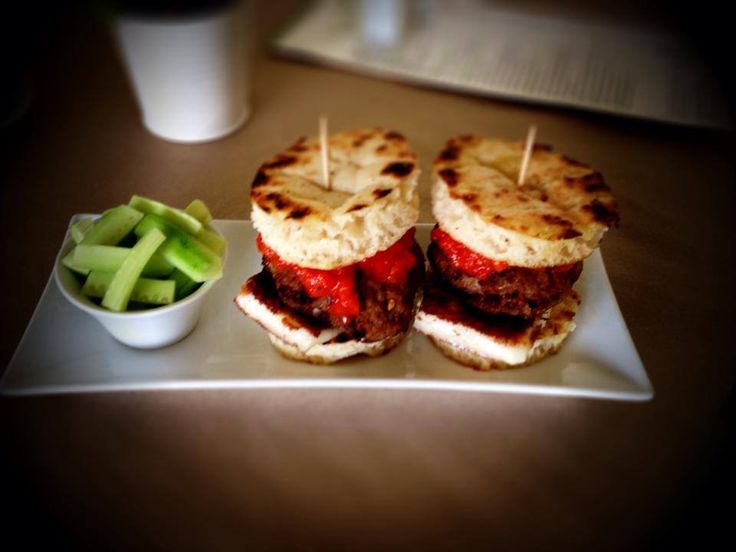 Mini sandwich με ελληνική πίτα, μπιφτέκι μοσχαρίσιο με μπέικον, λαδοτύρι σαγανάκι και πάστα πιπεριάς φλωρίνης