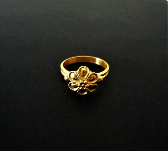 EXTREMELY FINE 18-22Kt Gold Ring with Rosette & Granulation.