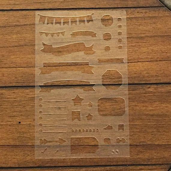 SmithBerry stencil renderà laggiunta perfetta al tuo pianificatore! Funzionano anche bene con rottamare e proiettile journaling. Questi stencil possono essere utilizzati più e più volte! Realizzato in plastica resistente.007 pollici che è abbastanza sottile per non bulk up tuo pianificatore, ma abbastanza forte che non si strappano.  Questo stencil è 5 x 8 - la dimensione perfetta per adattarsi in una tasca della tua agenda o in un foglio di protezione allinterno del raccoglitore mini. I…