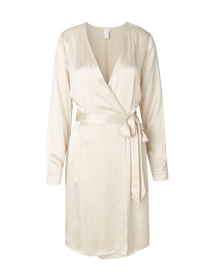 Smilla Satina is an elegant and feminine dress.