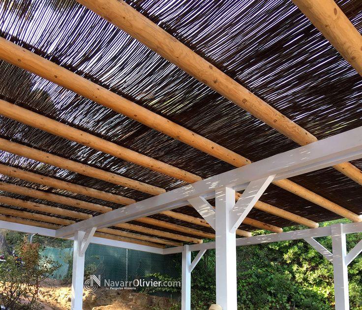 Pérgola desmontable para chiringuito. Estructura en madera laminada y tronco calibrado, cubierta en mimbre natural. #pergola #sombrajo #mimbre #terraza #barPlaya #Badalona