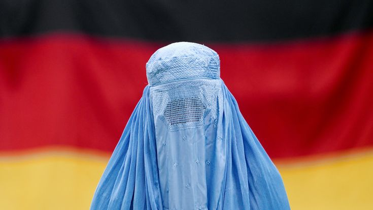 A German college has provoked massive public outrage with its Muslim face veils course. The move was slammed as supporting the oppression of women and promoting Islamization, claims which the college denies.