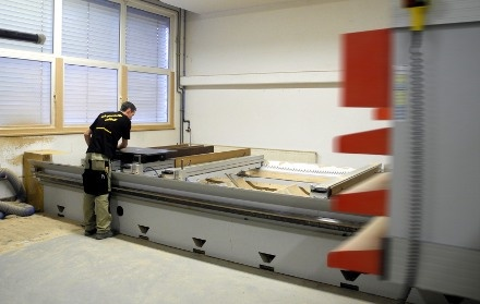 Sideboard bei der CNC-Bearbeitung wo es Lochreihen und Ausfräsungen für die Verbinder bekommt