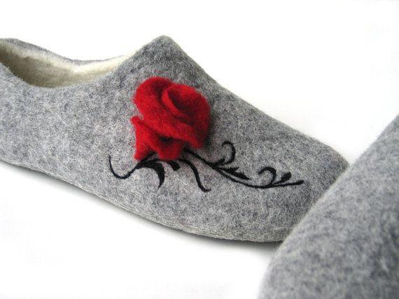 Rose beauty on felted women home slippers. Handmade by FeltingLT