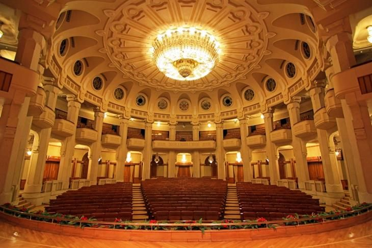 Palácio do Parlamento (Romênia). Ele tem oito andares acima e oito abaixo, com 3 mil salas distribuídas entre eles.