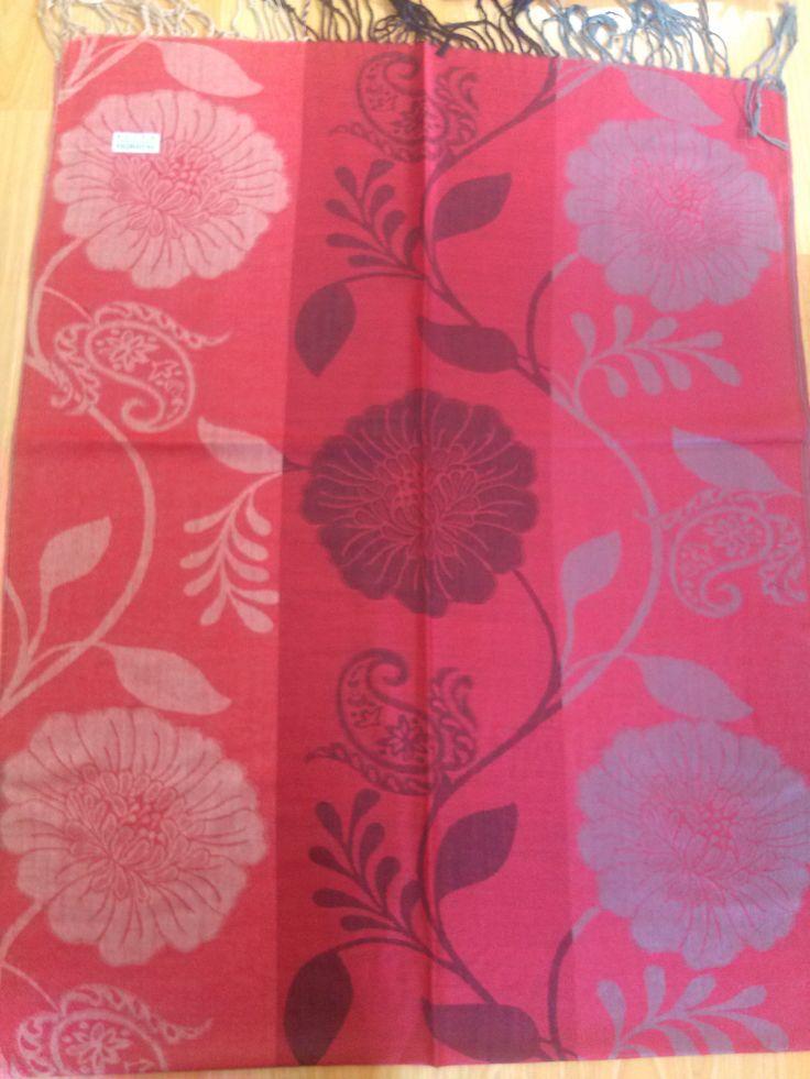 PA001 Pasmina ukuran 70 cm x 176 cm kain lembut, tidak transparant, mudah di bentuk dan sudah ada pinggiran Dengan 3 jenis warna dan motif di setiap pasmina  yang paling penting memenuhi tuntutan syari'i  Price : KrW 20000