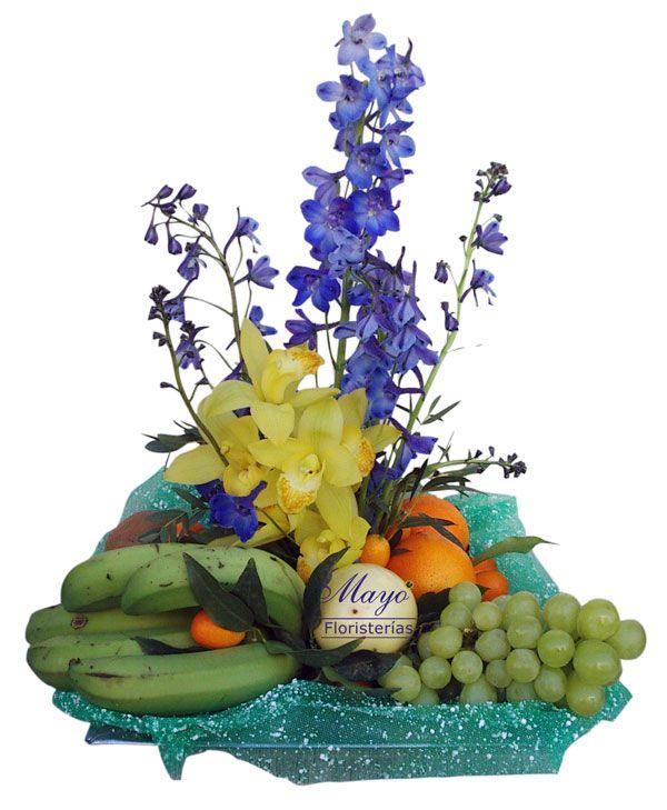 Y otra estupenda cesta con flores variadas y ricas frutas frescas.