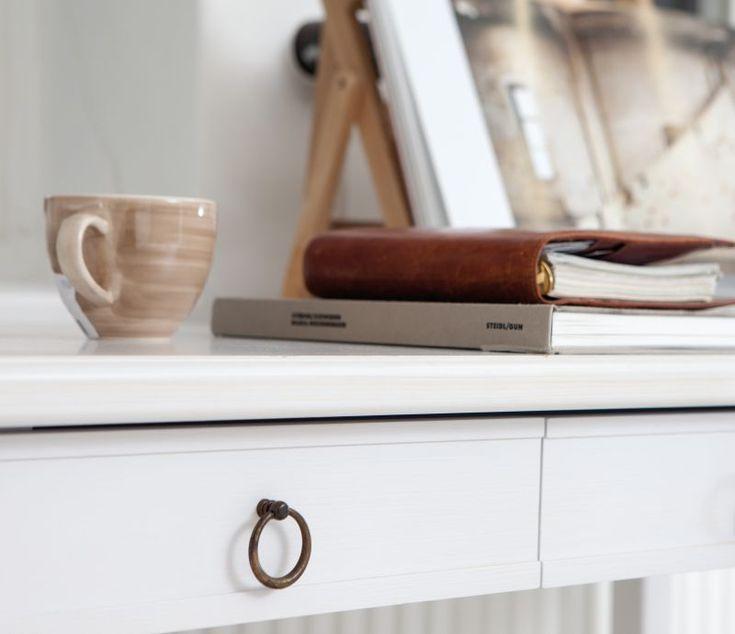 Skrivbord Stockholm är en möbel med ursprung från traditionellt svenskt hantverk. Rena linjer med fin balans mellan då och nu. #englesson #skrivbord #arbetsplats
