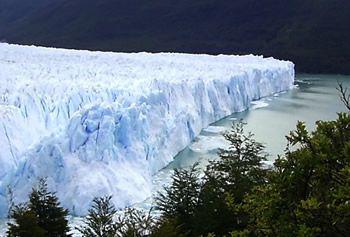 FULL DAY GLACIAR PERITO MORENO Perito Moreno es un Imponente Glaciar en la Patagonia Argentina, la característica principal de este hermoso Glaciar es que en vez de retroceder, Avanza.