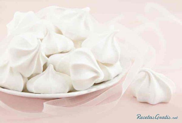 Aprende a preparar suspiros de merengue horneados con esta rica y fácil receta. Se ponen a batir las claras de huevos ya cuando esten a punto de nieve se le adicion...