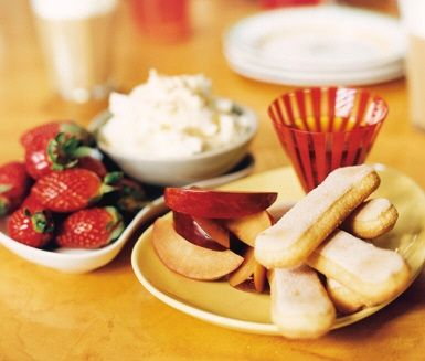 En riktigt smarrig och krämig efterrätt med smak av Italien. Du doppar frukt som jordgubbar och persikor i härligt honungssötad mascarpone och amaretto. En riktig kanondessert!