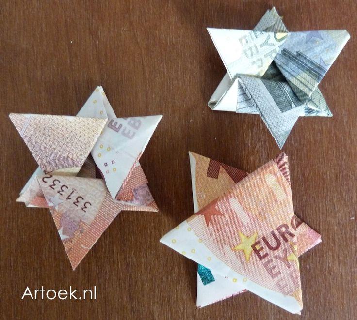 Geld in een envelopje voor een verjaardag is zo saai. Vouw er vrolijke geldsterretjes van! Je vouwt eerst een driehoek. Dan de 3 punten ...