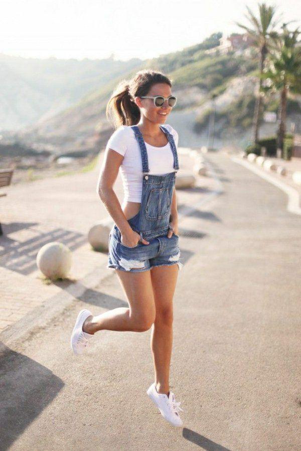 sneakers blanches bien combinés avec un combishort en jean, fille, mode