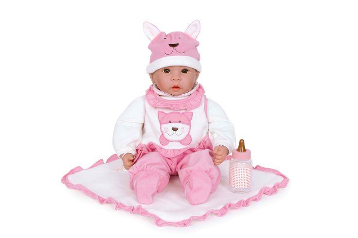 Om huilen schattig is onze kleine pop ´Emilia´ met haar wolfskap en bijpassende roze kruippakje. Tutje, knuffeldeken en flesje heeft zij altijd bij zich en kan vlak bei de kleine moeders en vaders intrekken.