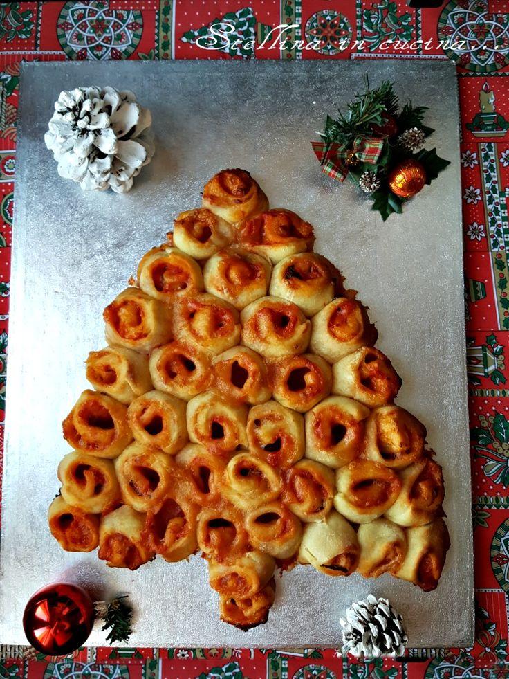 Albero di Natale di pane con pomodoro e mozarella