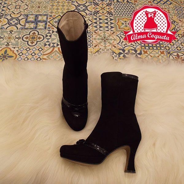 Bota de media caña en negro, de ante con detalles en charol, tacón alto super cómodo gracias a su plataforma. Muy elegante, tanto para usarla a diario como en ocasiones especiales. #zapatos #fashion #retro  #negro #lazo #almacoqueta #leonesp #invierno #bota #tacon #plataforma