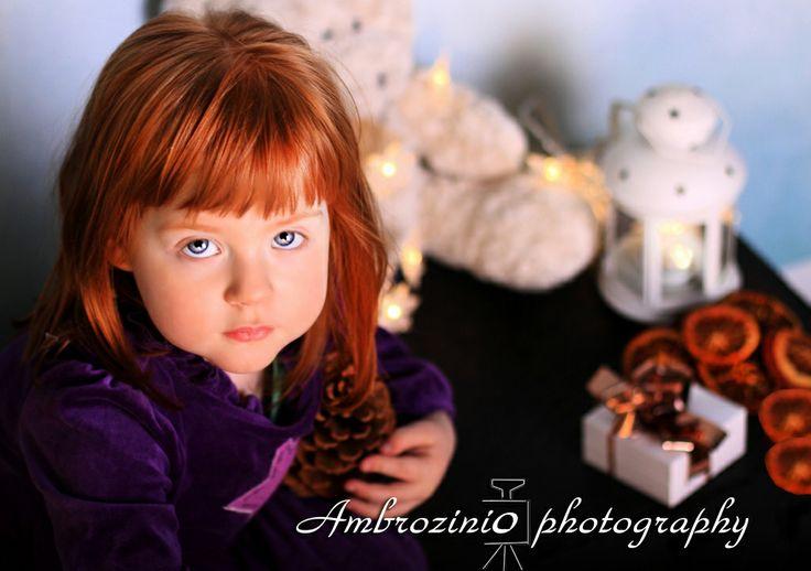 Śliczna rudowłosa dziewczynka. Sesja świąteczna.