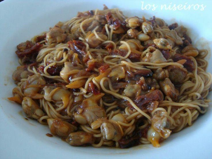 Pasta con berberechos  http://losniseiros.blogspot.com.es/2012/01/pasta-china-con-berberechos.html #galicia #galiciacalidade #pasta #comidanavideña #comidacasera #dinner #homemade #idealparaunacita #pornfood #comfortfood #marisco #primerplato #seafood #shellfish #berberechos @mariscoslinamar