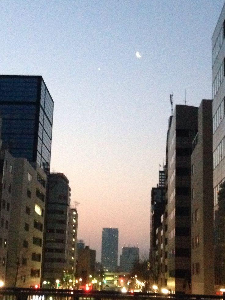 明け方の三日月と金星