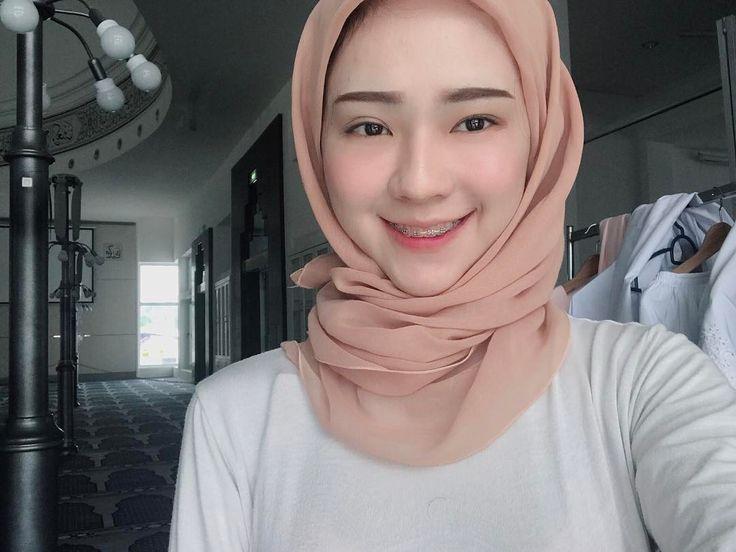 Seketul Adira dengan bawal tanpa pin dan mata sepet yang baru bangun. Jom beli @prettyface_hq 😊 eyebag no more! Thanks @bellaclinic_aesthetics