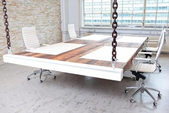 Opvallende bureaus aan oude kettingen (in opdracht van S-Clusive in Eindhoven)  Ontwerp: Kragt Project
