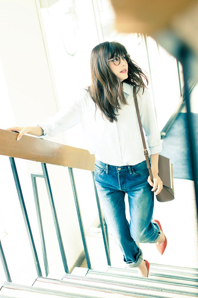 Textured hair with bright heels complete this simple white shirt + denim look #work