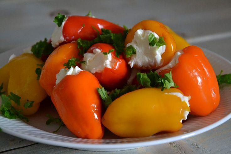 Små syltede peberfrugter med feta
