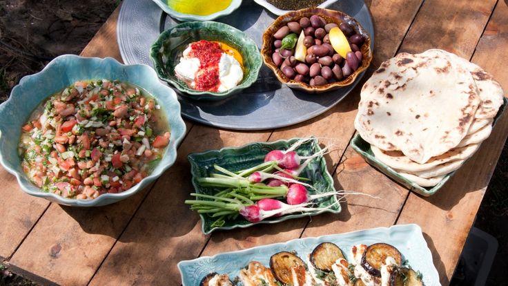 Et helt måltid som kan spises uten tallerken, kniv og gaffel. Brødet brukes til alt og brytes til de forskjellige rettene. Tareq Taylor lager en arabisk buffé i tv-serien Hygge i hagen.