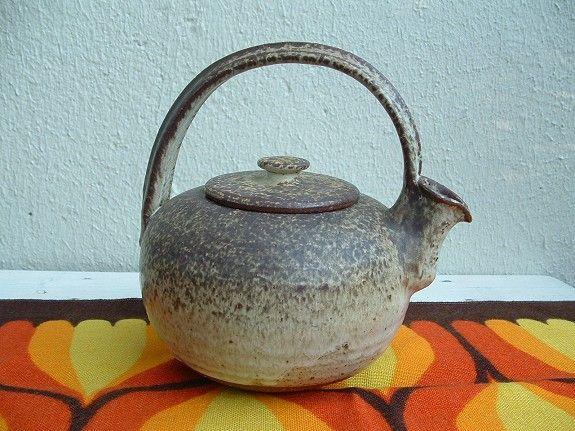 Heftig tekanne i keramikk fra 1970-tallet. Rommer ca 1liter. 160,-