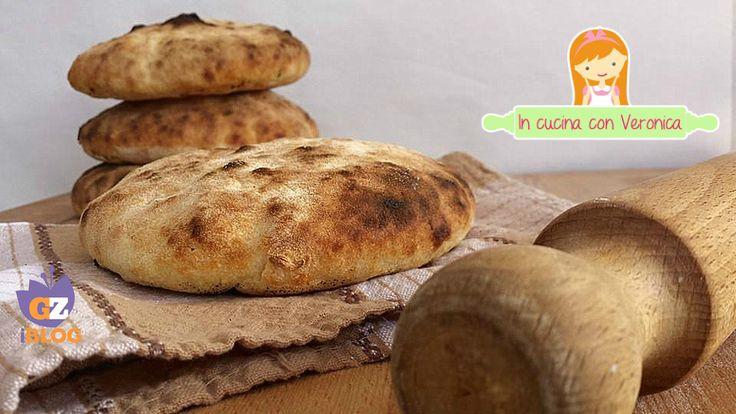 Questo tipo di pane mi ricorda la mia infanzia, quando trascorrevo la stagione estiva a Taranto. Mio padre la sera le portava sempre e le farcivamo con sal