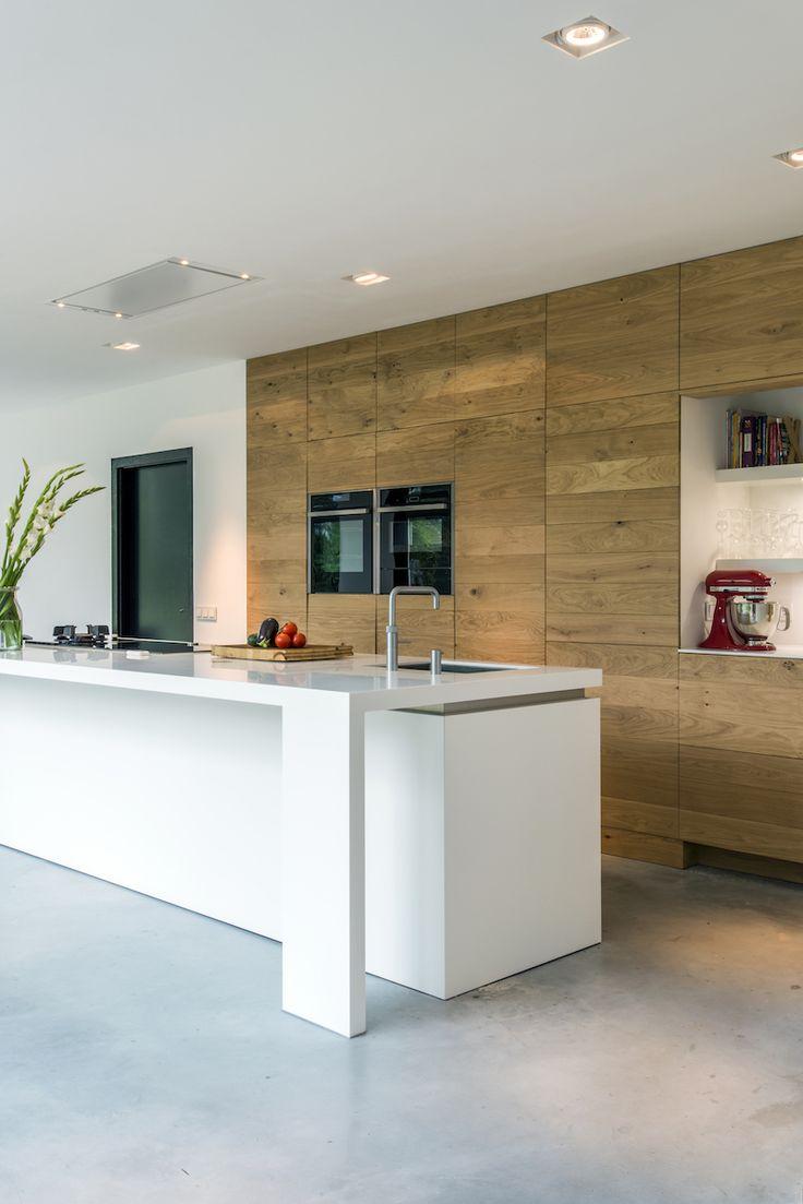 Houten keuken met wit kookeiland via JP Walker #keuken #kookeiland #houtenkeuken