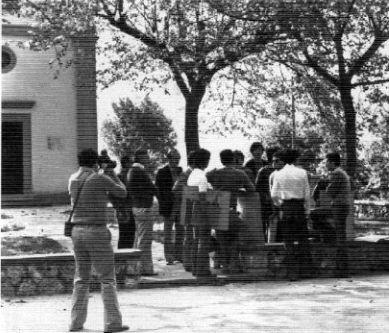 """1975: gruppo di studenti dell'ISA """"Stagi"""" a Sant'Anna di Stazzema impegnati nel rilevamento architettonico-urbanistico del centro abitato. Archivio fotografico Liceo artistico statale """"Stagio Stagi"""" di Pietrasanta (Lu)."""