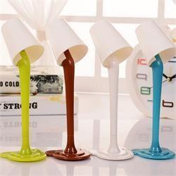 Işıklı Abajur Kalem Elektrikler mi kesildi, sorun yok! Artık sizde ışıklı abajur kaleme www.hungahunga.com farkıyla sahip olabilirsiniz.  Dekoratif tasarımı ile evinizde ve ofisinizde masalarınızı süsleyecek olan bu ürünü kaçırmayınız! Farklı tasarım ürünlere ilgi duyuyorsanız bu ürün tam da size göre! Ürün Özellikleri Boyut: 17 cm x 5 cm ölçülerinde. Kalem Tipi: Tükenmez Kalem Yazı Rengi: Mavi Özellik: Işıklı Işık Rengi: Beyaz Malzeme: PVC