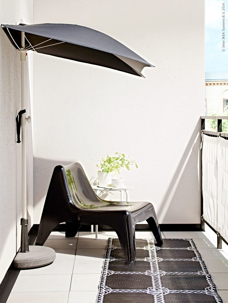 Sol eller skugga? Lätt att välja med den utrymmessnåla BRAMSÖN parasollfot och FLISÖ parasoll. IKEA PS VÅGÖ fåtölj, ROXÖ pall, LISEL matta.